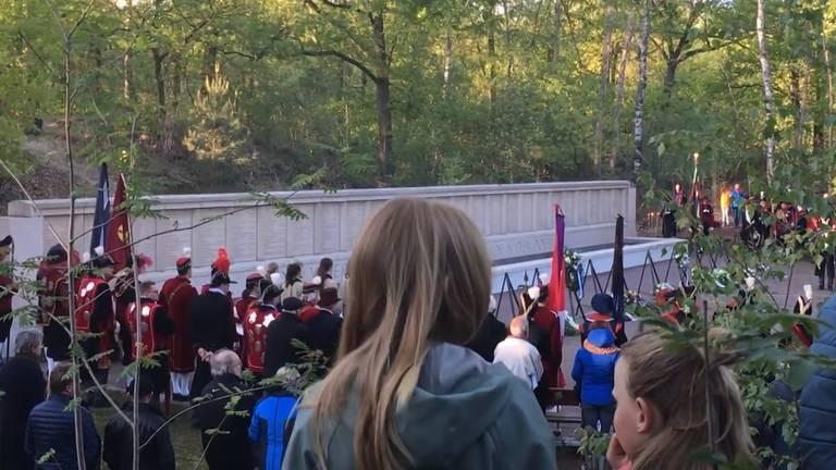 Tijdens de herdenking was luid geschreeuw te horen.