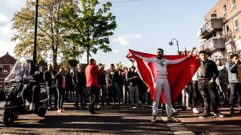 Tegendemonstranten bij de Pegida-demonstratie in Eindhoven. De politie hield tien mensen aan. (Foto: Rob Engelaar).