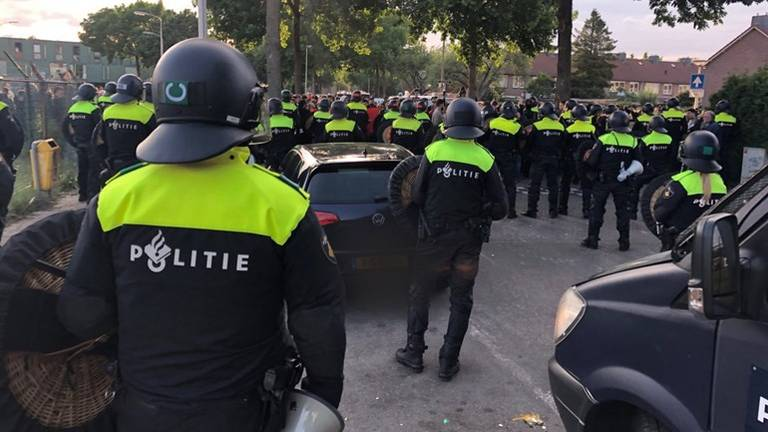 Eind mei moest de politie flink aan de bak toen tegendemonstranten voor onrust zorgden. (Foto: René van Hoof)