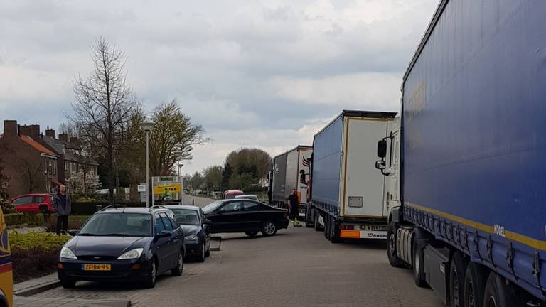 De straat staat vol vrachtwagens