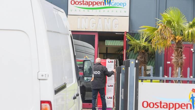 De FIOD doet een inval bij het hoofdkantoor van Oostappen Groep in Asten. (Foto: Pim Verkoelen)