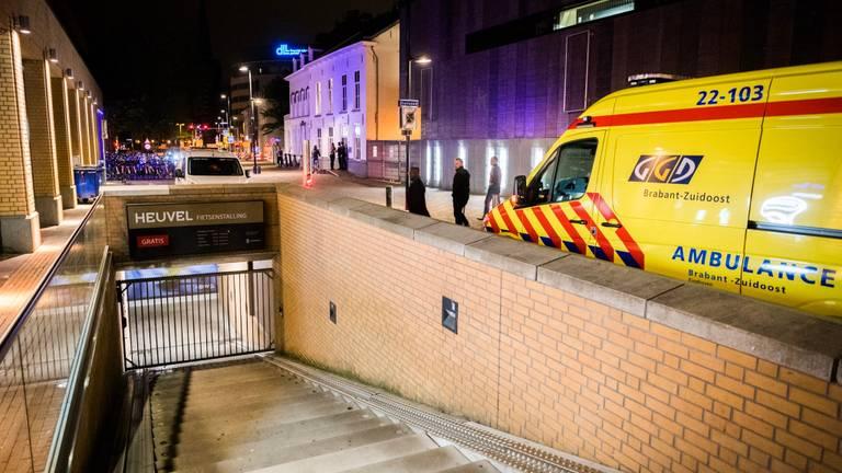 De jongens vielen dinsdagavond vanaf deze muur naar beneden op de betonnen trap. (Foto: Sem van Rijssel)
