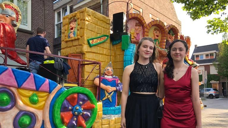 Demi (links) met haar vriendin Laïs. (Foto: Birgit Verhoeven)
