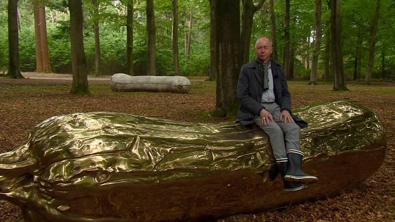 Chris Driessen, hoofdconservator Lustwarande: 'Ik zit gewoon op een enorme, bronzen piemel'.