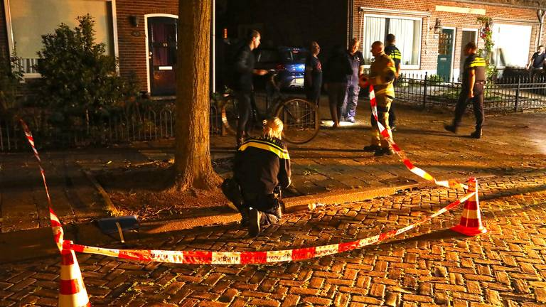 De politie doet onderzoek na de autobrand aan de Ussenstraat. (Foto: Gabor Heeres/SQ Vision)