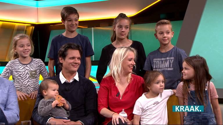De familie Nagelkerke op de bank bij KRAAK.