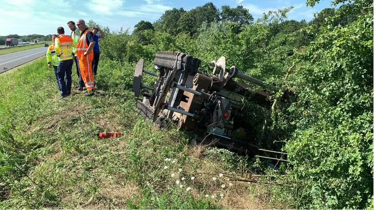 Het ongeluk gebeurde op de geluidswal langs de A50 bij Nistelrode. (Foto: AS Media)