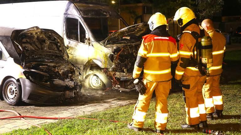 De bestelbusjes brandden uit aan de Verdistraat in Oss. (Foto: Gabor Heeres)