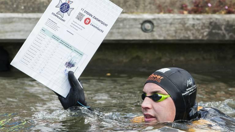 Maarten van der Weijden stempelt in Hindeloopen (Foto: ANP)