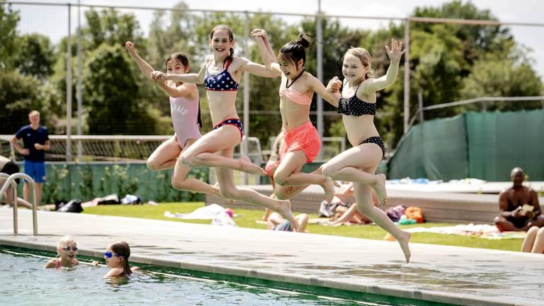 Meisjes genieten van het warme weer. (Foto: ANP)