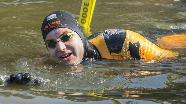 Maarten van der Weijden tijdens zijn zwemtocht. (Foto: ANP)