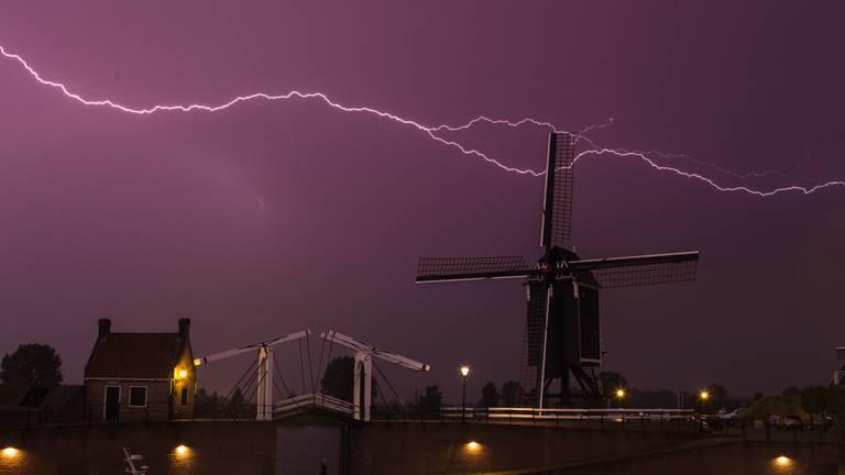 Bliksem boven Heusden (foto: Paul Begijn).