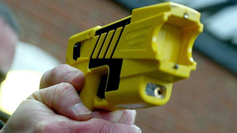 Een man werd in Eindhoven bedreigd met een taser en beroofd van zijn pinpas. (Archieffoto)