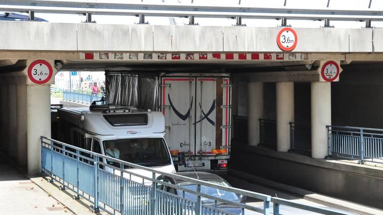 Weer een vrachtwagen vast onder het viaduct. (Foto: FPMB Foto Persbureau Midden Brabant)
