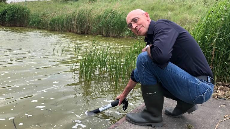 Guido Waaijen van het waterschap meet de concentratie algen (Foto: Erik Peeters)