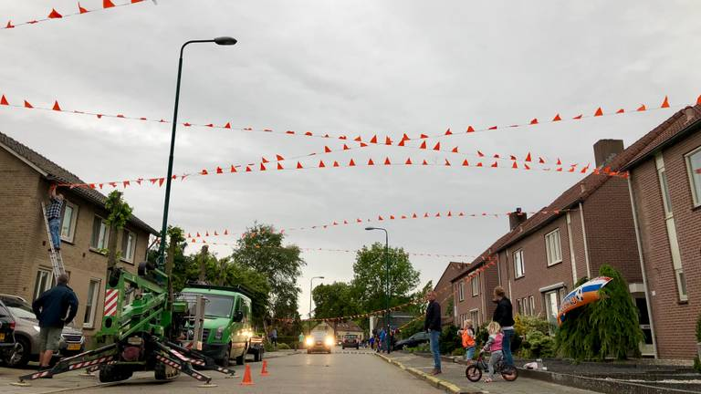 Bewoners van de Oranjeboombuurt hangen vier kilometer aan vlaggetjes op. (Foto: Birgit Verhoeven)