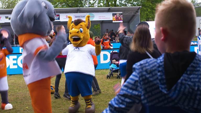 De Tilburgse Merl Roep alias Orange Donkey is erg blij met haar tweede plaats bij de Fun Experts Open NK Mascottes 2019 (Foto: Dirk Verhoeven)