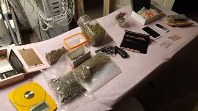 Veel drugs, geld en een nepwapen gevonden (foto: Wijkagenten Steenbergen).