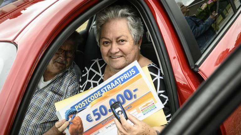 Ari en zijn vrouw zijn dolblij met de 50.000 euro en de BMW (foto: Jurgen Jacob Lodder).