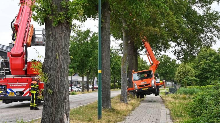 Hoogwerker redt hoogwerker (foto: Tom van der Put/SQ Vision Mediaprodukties).