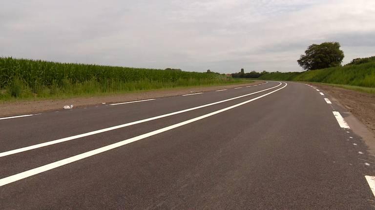Het fonkelnieuwe asfalt van de nieuw rondweg. (foto: Raymond Merkx)