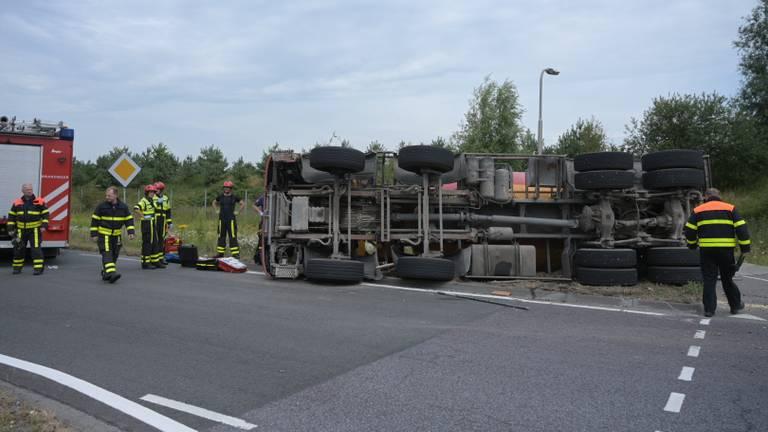De gekantelde betonwagen. (Foto: Jack Brekelmans)