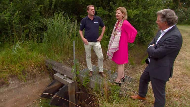 Minister Van Nieuwenhuizen krijgt uitleg over de droogte in oost-Brabant