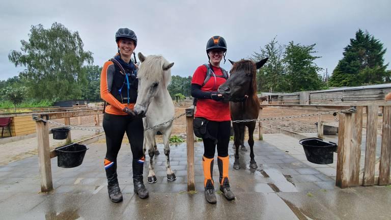 Esther Leenen (links) en Anne Binnendijk gaan meedoen aan de zwaarste en langste paardenrace ter wereld (foto: Collin Beijk)