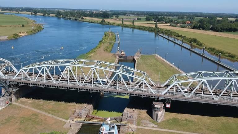 Waterkrachtcentrale in Maas bij Grave