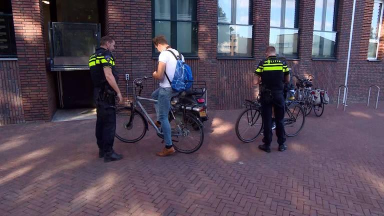 De politie deelt boetes uit voor appen (of andere dingen doen op de telefoon) op de fiets.