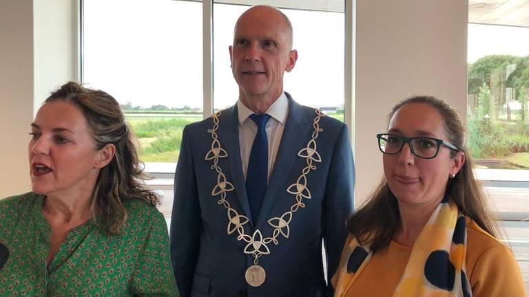 De burgemeester toont de ambtsketen samen met de ontwerpster en de maakster (Foto: Jan Waalen).