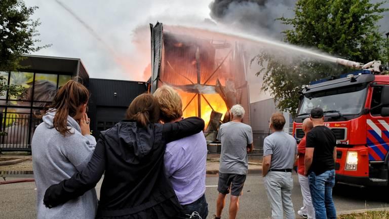Kees en zijn familie staan naar de brand te kijken. (Foto: Toby de Kort / De Kort Media)