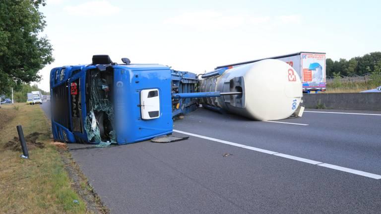 De vrachtwagen is geschaard (foto: Harrie Grijseels / SQ Vision Mediaprodukties).