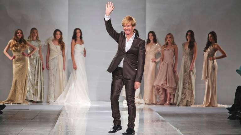 De ontwerper tijdens een van zijn shows (foto: Addy van den Krommenacker).