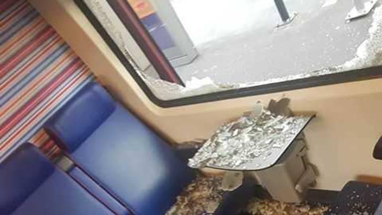 Samet Gumus zat woensdagavond in de trein waar een verwarde man de ruit intikte en uit het raam sprong (Foto: Samet Gumus).