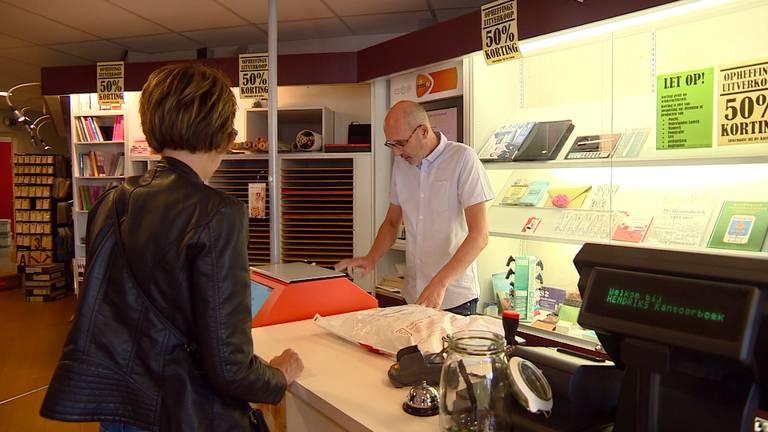 Gérard Hendriks moet zijn winkel sluiten - hij levert soms pakjes af met spullen die hij zelf ook verkoopt