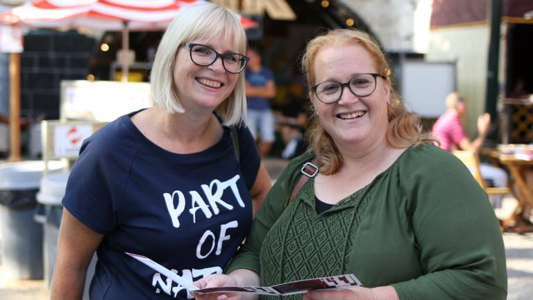 Patricia en Chantal gaan mee naar (.....), een voorstelling 'die schijt heeft aan zijn eigen vage titel' van Theater Artemis uit Den Bosch.