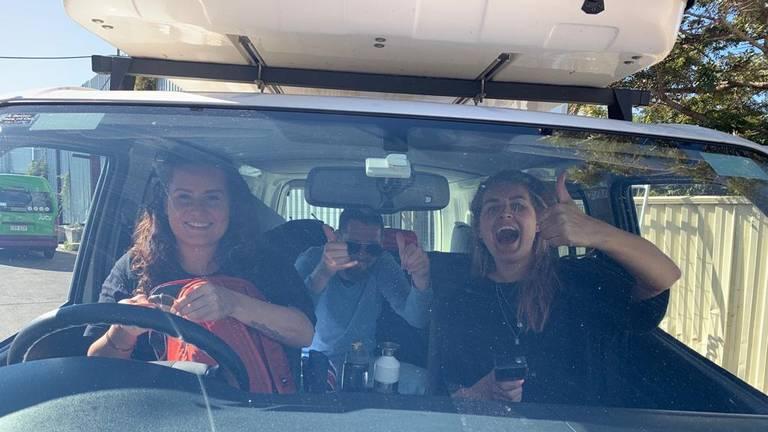 Yvette (links) en Kim (rechts) in hun campervan (foto: Dutchies Travel).