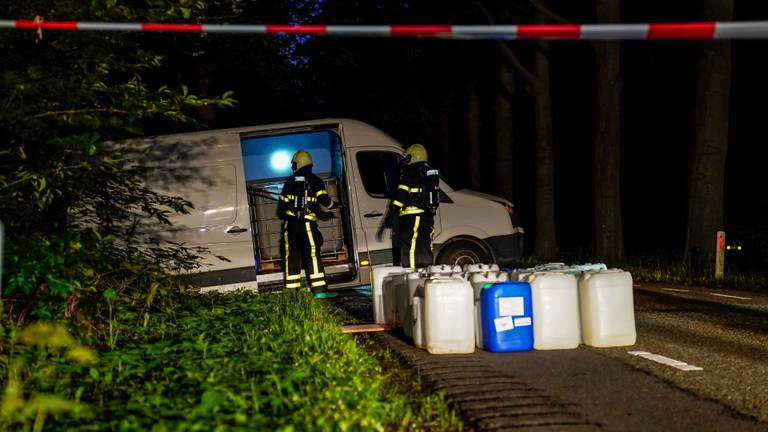 De brandweer werd opgeroepen om metingen te doen. (Foto: Marcel van Dorst)