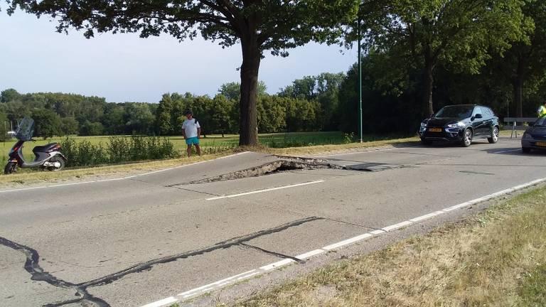 Door de hitte zijn de betonnen wegblokken gaan uitzetten. (Foto: Hans Hanegraaff)