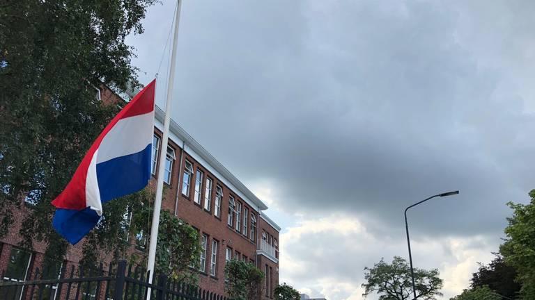 Bij de school hangt de vlag halfstok. (Foto: Birgit Verhoeven)