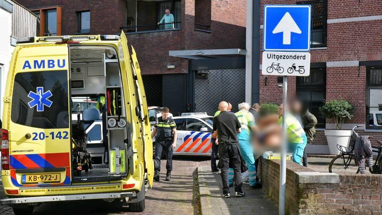 Een van de gewonden wordt geholpen (foto: Toby de Kort/De Kort Media).