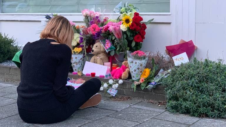 De 14-jarige Carlijn tekent de bloemen na. (foto: Eva de Schipper)