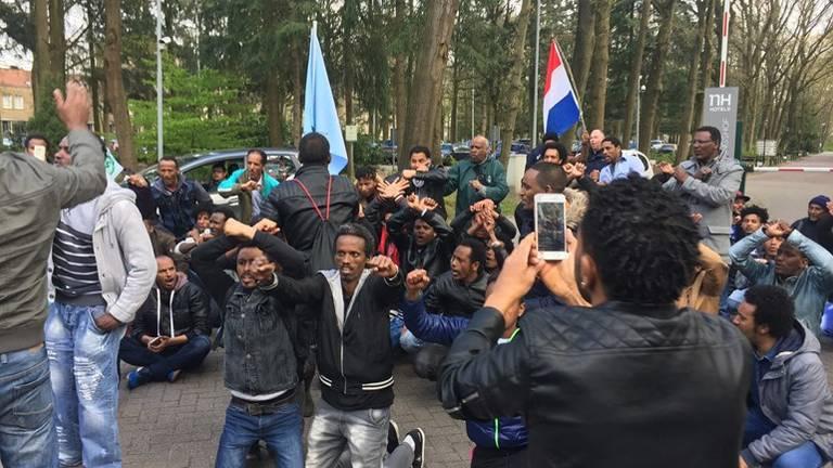 Onrust bij het conferentiecentrum in Veldhoven. (Archieffoto: Karlijn Houterman)