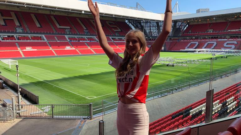 PSV-fan Anna van der Linden (17) is apetrots. (foto: Eva de Schipper)