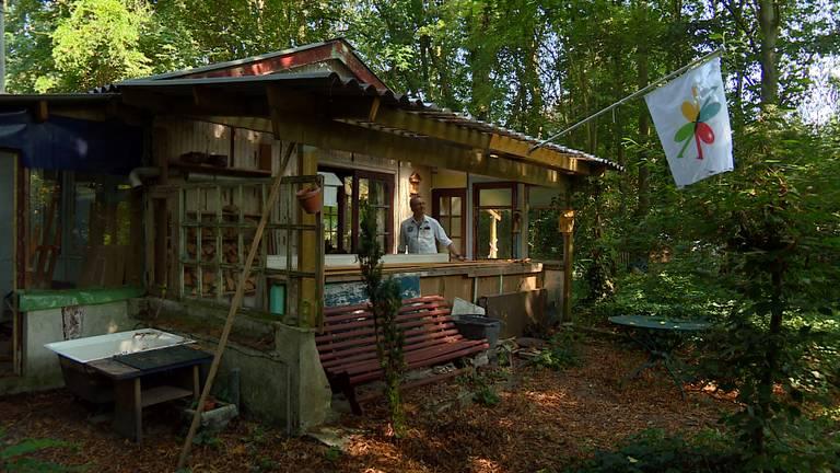 Eric van Vliet in Annatopia: een boshut in Baarle-Nassau waarin kunstenaars kunnen werken (foto: Rick Leenes).