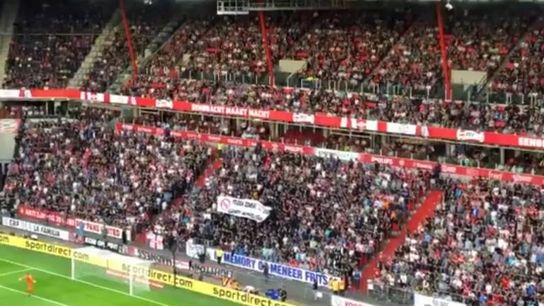 Supporters applaudisseren in de twintigste minuut. (Foto: Job Willemse)