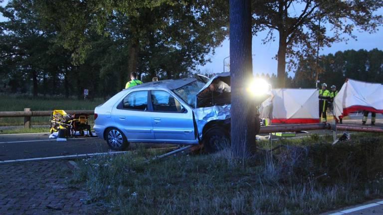 De auto belandde tegen een boom (Foto: Sander van Gils / SQ Vision Mediaprodukties).