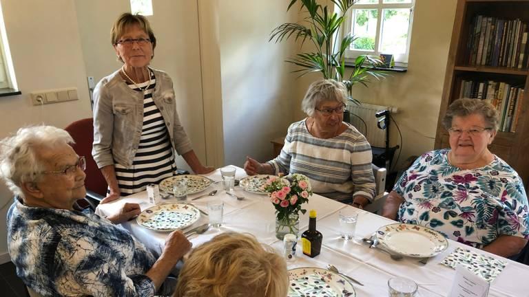 Thea (69) runt een zorgboerderij voor dementerende ouderen.