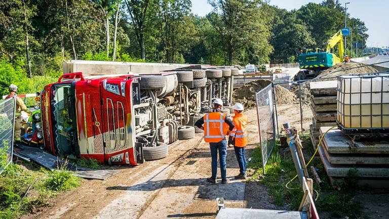 De bestuurder kwam vast te zitten in zijn cabine (foto: Sem van Rijssel, SQ Vision).